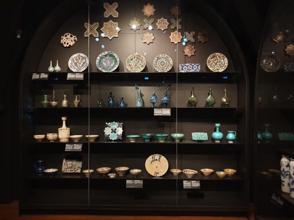 Keramiek collectie in het Rijksmuseum Amsterdam.