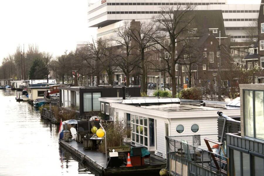 A typical Amsterdam canal house - Houseboats in Amsterdam
